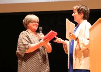 Doris Hege überreichte Margot Käßmann ein Mennonitisches Gesangbuch